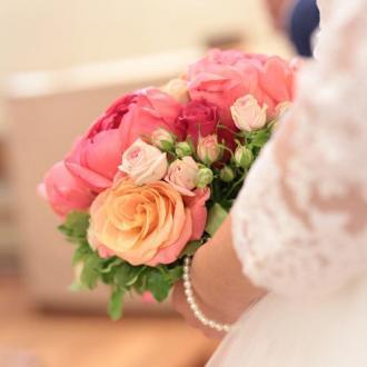 Bouquet de mariée rond en pivoines corail et roses pêches  aromatique fleuriste mariage