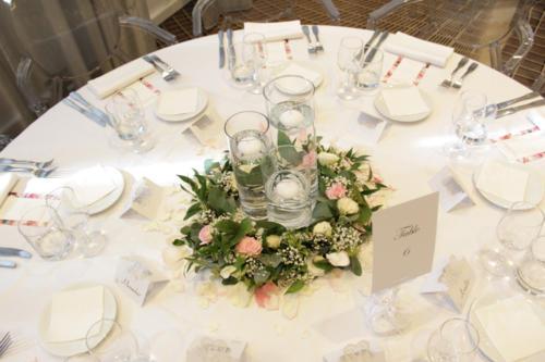 Centre de table couronne fleurie autour d'un trio de vases aromatique fleuriste mariage