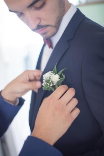 Boutonnière en fleurs blanches et feuillages aromatique fleuriste mariage