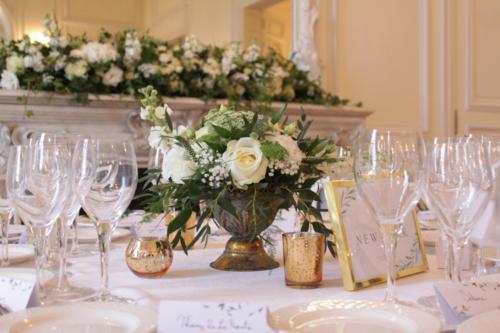Centre de table composition champêtre blanche dans vase doré aromatique fleuriste mariage