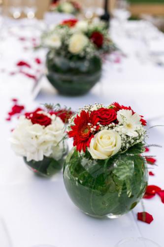 Vases aquarium et roses rouges et blanches aromatique fleuriste mariage
