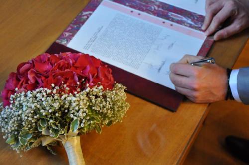 Bouquet de mariée original en hortensia rouge et gypsophile aromatique fleuriste mariage