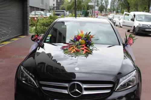 Composition de fleurs exotiques pour la voiture des mariés aromatique fleuriste mariage
