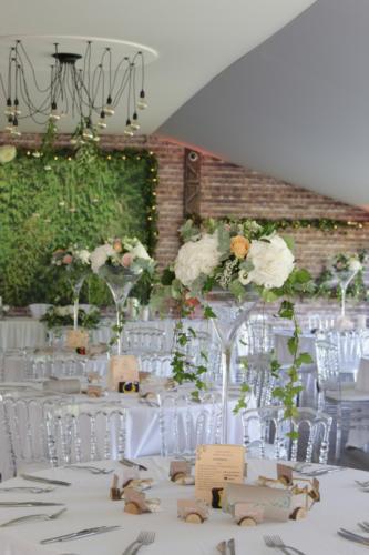 Centre de table en hauteur en roses et hortensias aromatique fleuriste mariage
