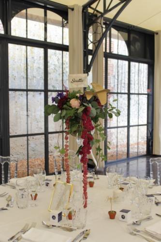 Centre de table en hauteur en fleurs Bordeaux et bleues aromatique fleuriste mariage