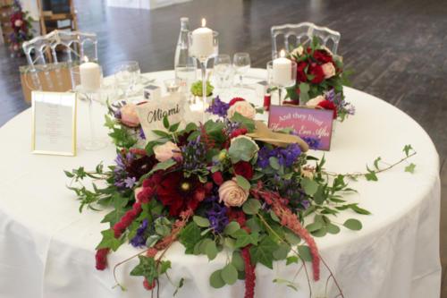 Centre de table retombant pour la table d'honneur aromatique fleuriste mariage