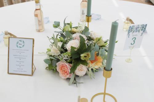Centre de table boheme en fleurs pastels et eucalyptus aromatique fleuriste mariage
