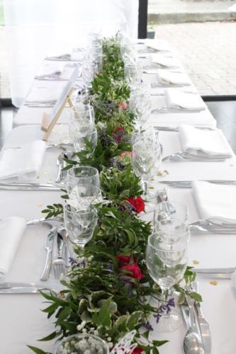 Guirlande de feuillages et fleurs colorées centre de table aromatique fleuriste mariage