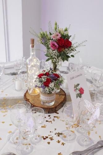 Centre de table avec bouteille lumineuse et bouquets colorés champêtres aromatique fleuriste mariage