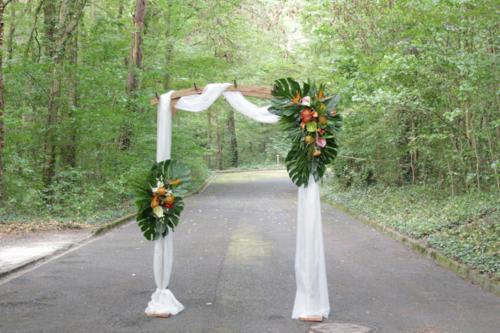 Arche fleurie en fleurs et feuillages exotiques aromatique fleuriste mariage