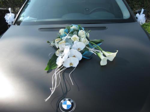 Composition de fleurs blanches en longueur sur le capot aromatique fleuriste mariage