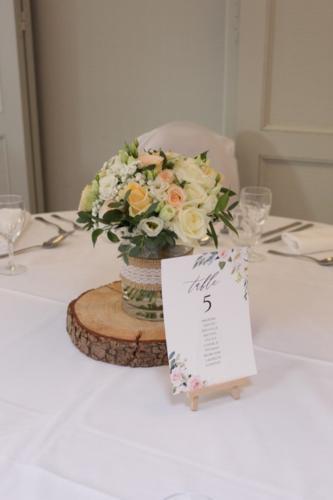 Bouquet de fleurs blanches et pêches en centre de table aromatique fleuriste mariage