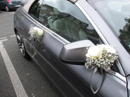 Bouquet de fleurs blanches sur les rétroviseurs et portières aromatique fleuriste mariage
