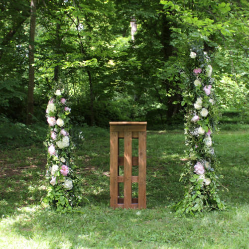 Colonnes fleuries asymétriques pour la cérémonie aromatique fleuriste mariage