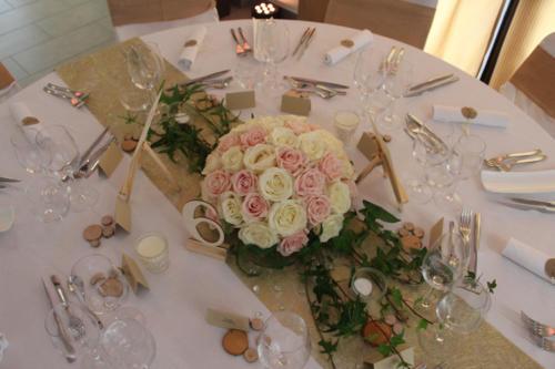 Centre de table rond et volumineux en roses et lierre aromatique fleuriste mariage