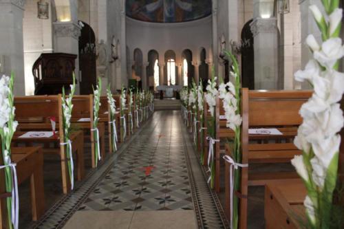 Glaïeuls blancs sur les bancs d'église aromatique fleuriste mariage