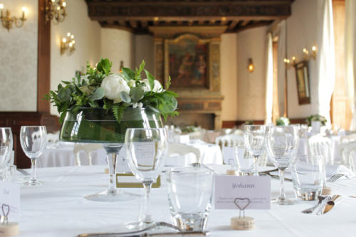 Centre de table en fleurs blanches aromatique fleuriste mariage