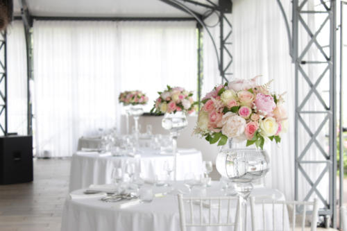 Centre de table en hauteur de pivoines et roses aromatique fleuriste mariage