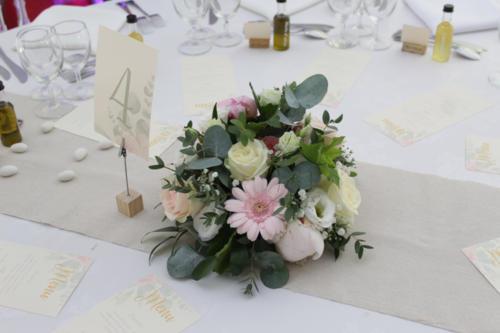 Centre de table champêtre de fleurs roses aromatique fleuriste mariage