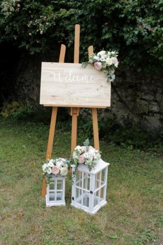 Chevalet panneau de bienvenue et lanternes fleuries aromatique fleuriste mariage