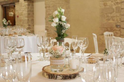 Centre de table champêtre avec fleurs et bougie aromatique fleuriste mariage