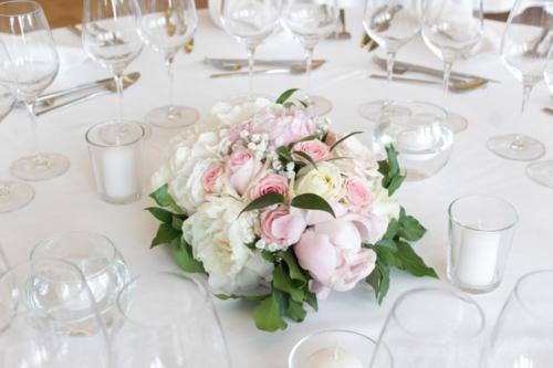 Centre de table rond en pivoines et roses aromatique fleuriste mariage