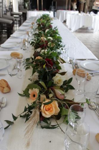 Guirlande de fleurs et feuillages en centre de table aromatique fleuriste mariage