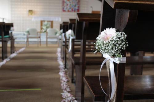 Bouquet de bancs d'église en marguerites et gypsophile aromatique fleuriste mariage