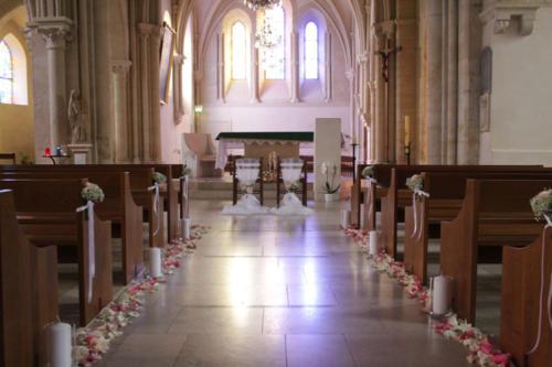 Décor de l'allée de l'église avec bouquets, pétales et bougies aromatique fleuriste mariage