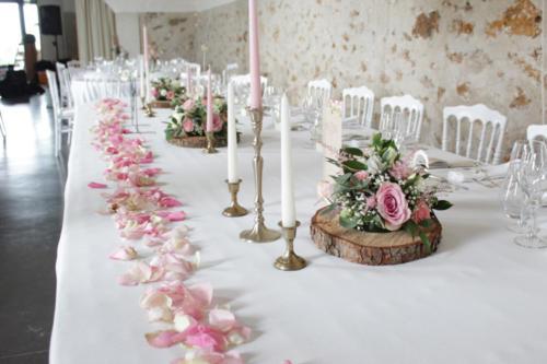Table d'honneur fleurie composition ronde rose et rondin aromatique fleuriste mariage