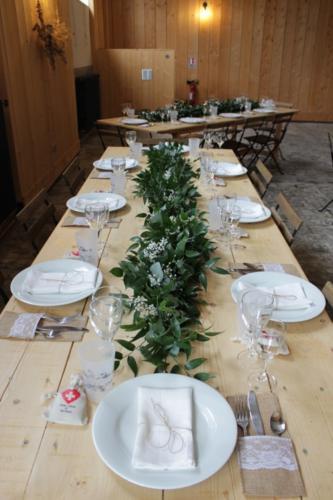 Guirlande de feuillages et gypsophile en centre de table aromatique fleuriste mariage