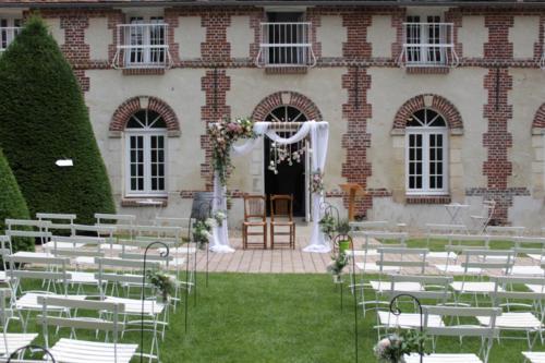 Arche de cérémonie en fleurs champêtres et pastels aromatique fleuriste mariage