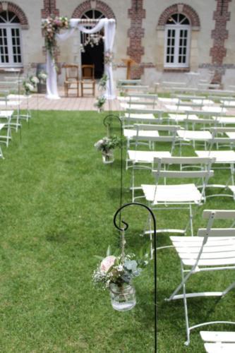 Bouquets suspendus pour l'allée de cérémonie aromatique fleuriste mariage