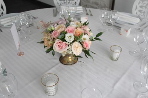 Coupe dorée fleurie en centre de table aromatique fleuriste mariage