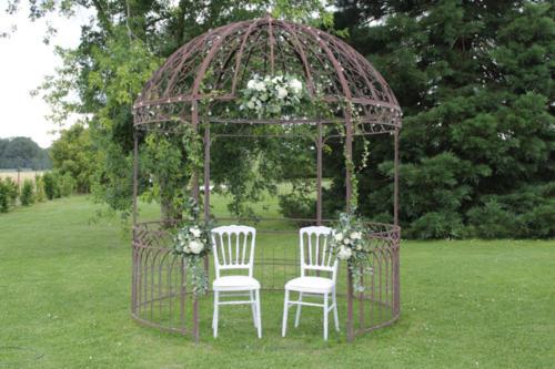 Décor floral du kiosque au dessus des mariés aromatique fleuriste mariage