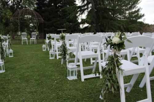 Bouquet de rose et feuillages avec lanternes pour l'allée de cérémonie aromatique fleuriste mariage