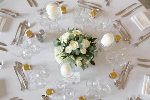 Centre de table rond blanc avec eucalyptus aromatique fleuriste mariage