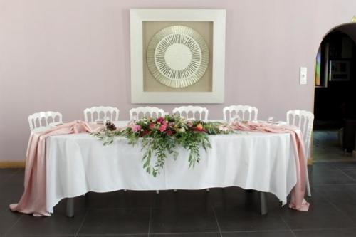 Centre de table en longueur pour la table d'honneur aromatique fleuriste mariage