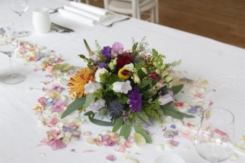 Centre de table champêtre et coloré aromatique fleuriste mariage