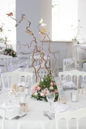 Centre de table haut avec branchages lumineux féériques aromatique fleuriste mariage