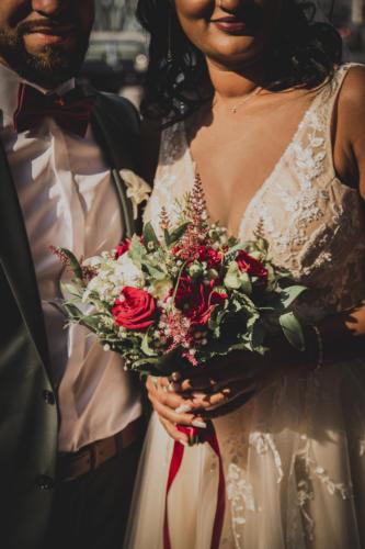 Bouquet de mariée rouge et blanc en roses dahlias et orchidées aromatique fleuriste mariage