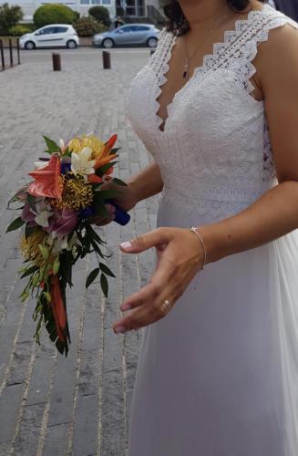 Bouquet de mariée retombant en fleurs exotiques multicolores aromatique fleuriste mariage