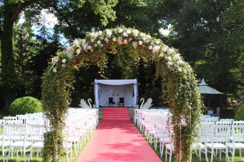 Arche de cérémonie en lierre et roses aromatique fleuriste mariage