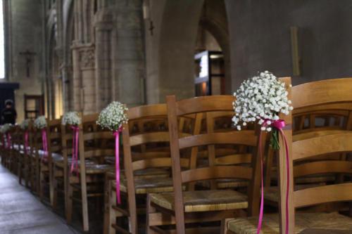 Bouquet de gypsophile sur les bancs d'église aromatique fleuriste mariage