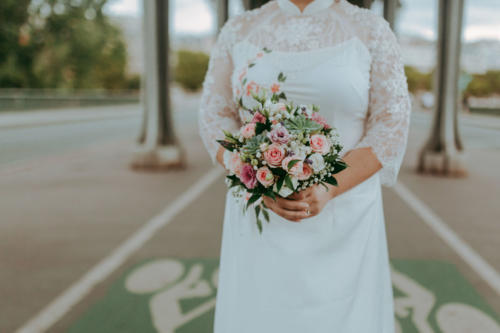 Bouquet de mariée rond champêtre en petites fleurs estivales pastels aromatique fleuriste mariage