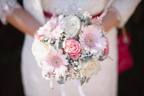 Bouquet de mariée rond en roses et marguerites roses aromatique fleuriste mariage