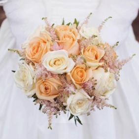 Bouquet de mariée rond champêtre dans les tons blancs roses et pêches en roses et astilbes aromatique fleuriste mariage