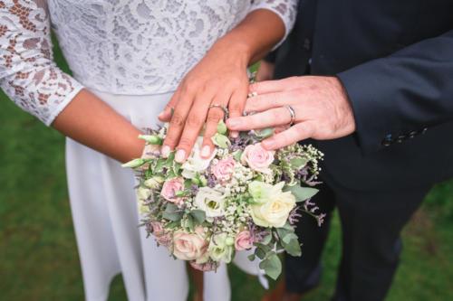 Bouquet de mariée rond pastels en roses lisianthus et fleurs de saison champetres aromatique fleuriste mariage