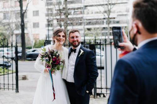 Bouquet de mariée original et décalé dans les tons prune et bleus aromatique fleuriste mariage