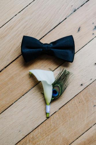 Boutonnière moderne et originale arum et plume de paon aromatique fleuriste mariage